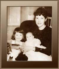 سيلفا بلاث،  وابنتها فريدا و ابنها نيكولاس